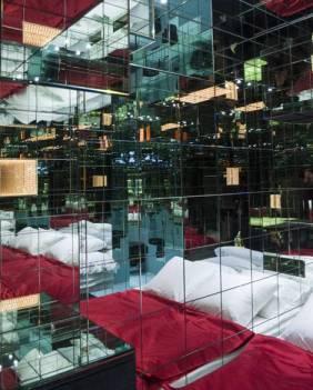 Kiss Room, espace intime doté d'un lit Hästens et d'un minibar rempli de Deuz !